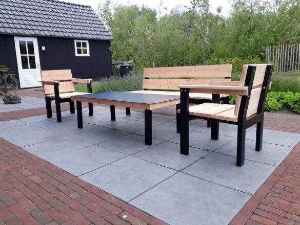 Sjieke buitentafel met bijpassende bank en stoelen